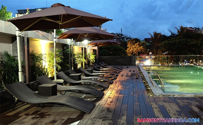 Bể bơi chụp vào buổi tối