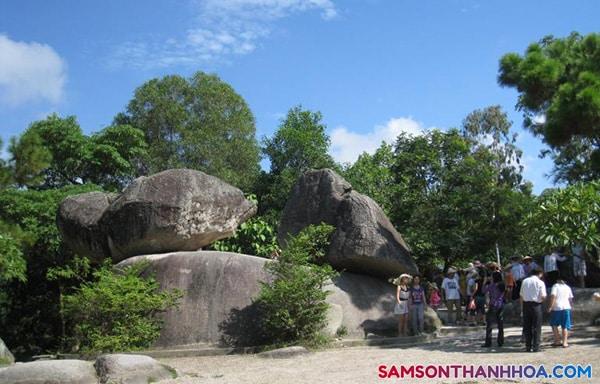 Du khách chụp hình tại Hòn Trống Mái Sầm Sơn