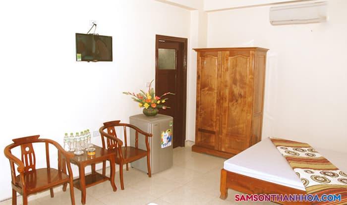 Phòng nghỉ với nội thất giường, tủ, bàn tiếp khách