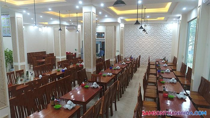 Phòng ăn hải sản rộng rãi