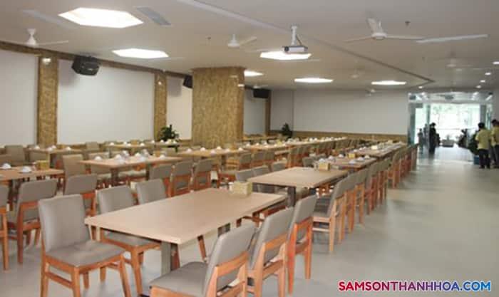 Phòng ăn lớn phục vụ hải sản
