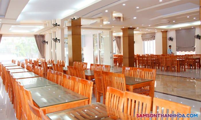 Phòng ăn tập thể rộng rãi, thoáng mát