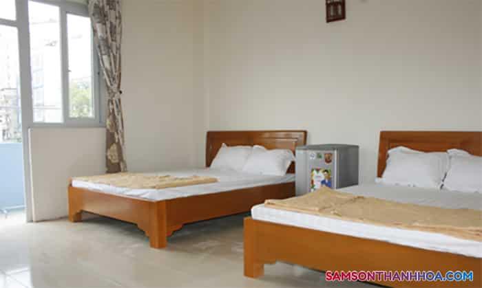 Bên trong phòng nghỉ với 2 giường đôi