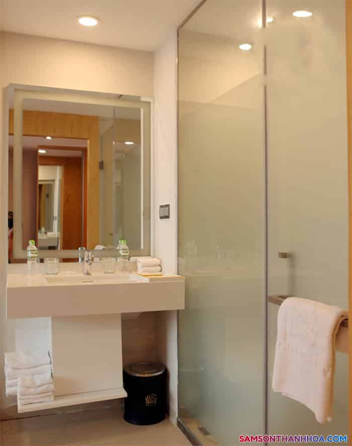 Bên trong phòng tắm trang nhã, sạch sẽ