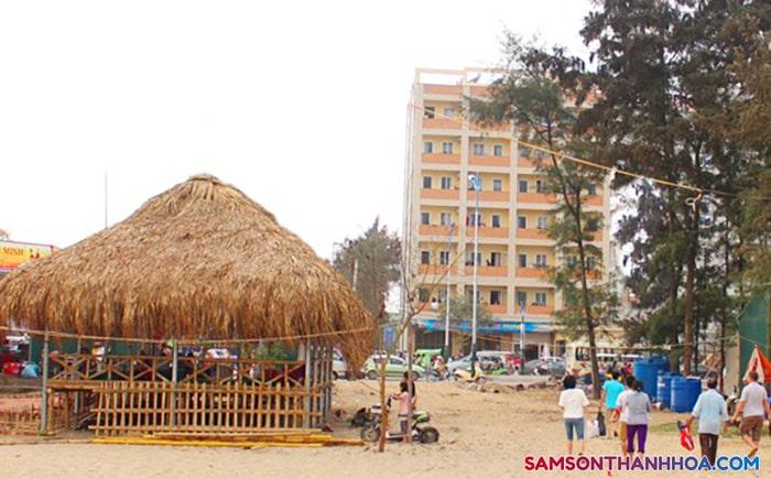 Khách sạn nằm đối diện biển