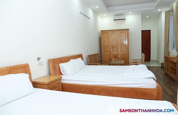Phòng nghỉ cỡ vừa với 2 giường ngủ đôi