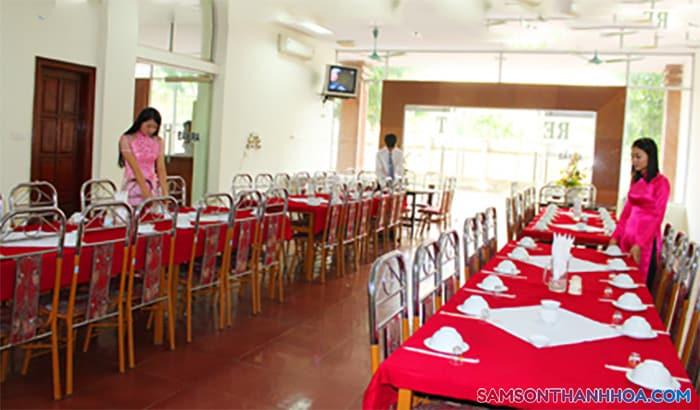 Phòng ăn phục vụ hải sản nằm tại tầng 1