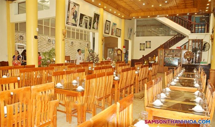 Phòng ăn rộng rãi phục vụ món ăn chế biến từ biển