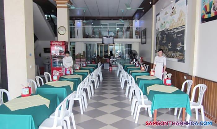 Phòng ăn phục vụ hải sản tại tầng 1