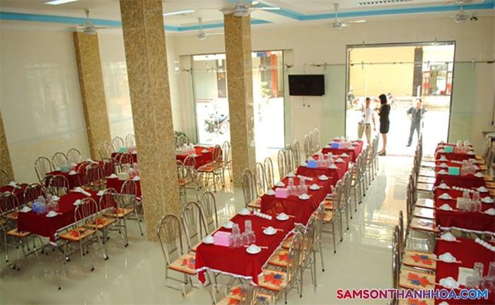 Phòng vụ ăn có thể phục vụ cùng lúc 200 suất ăn hải sản