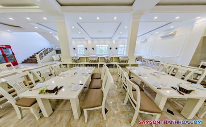 Phòng ăn phục vụ hải sản ngay tại tầng 1