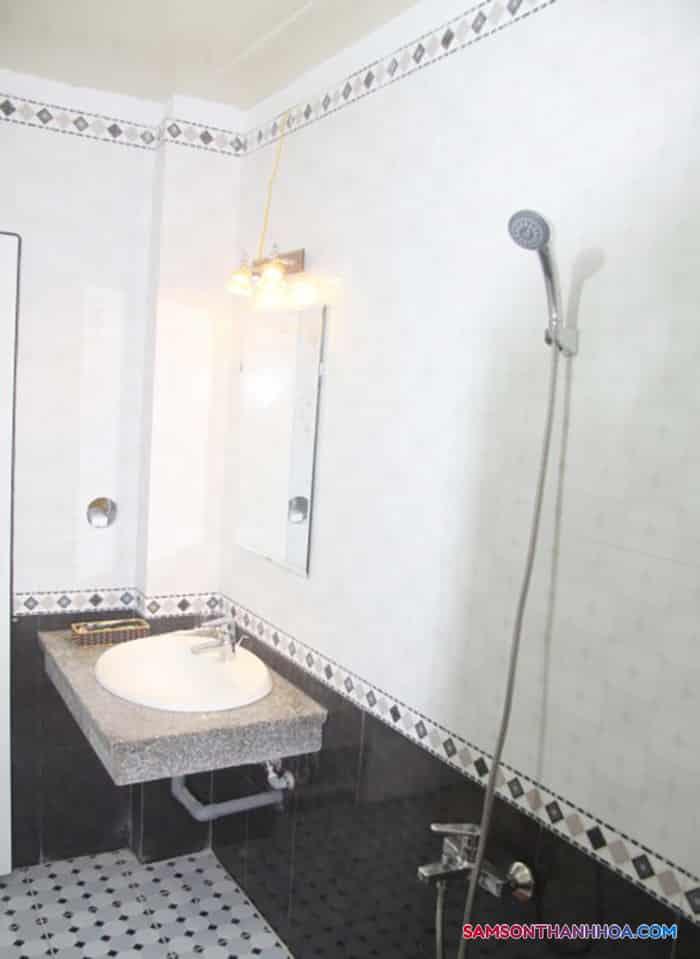 Bên trong phòng tắm