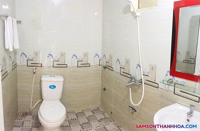 Bên trong phòng tắm sạch sẽ, đầy đủ tiện nghi