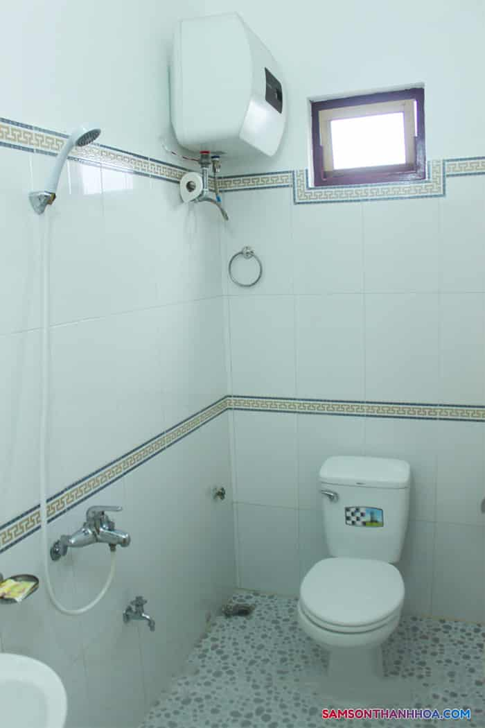 Phòng vệ sinh sạch sẽ, trắng sáng