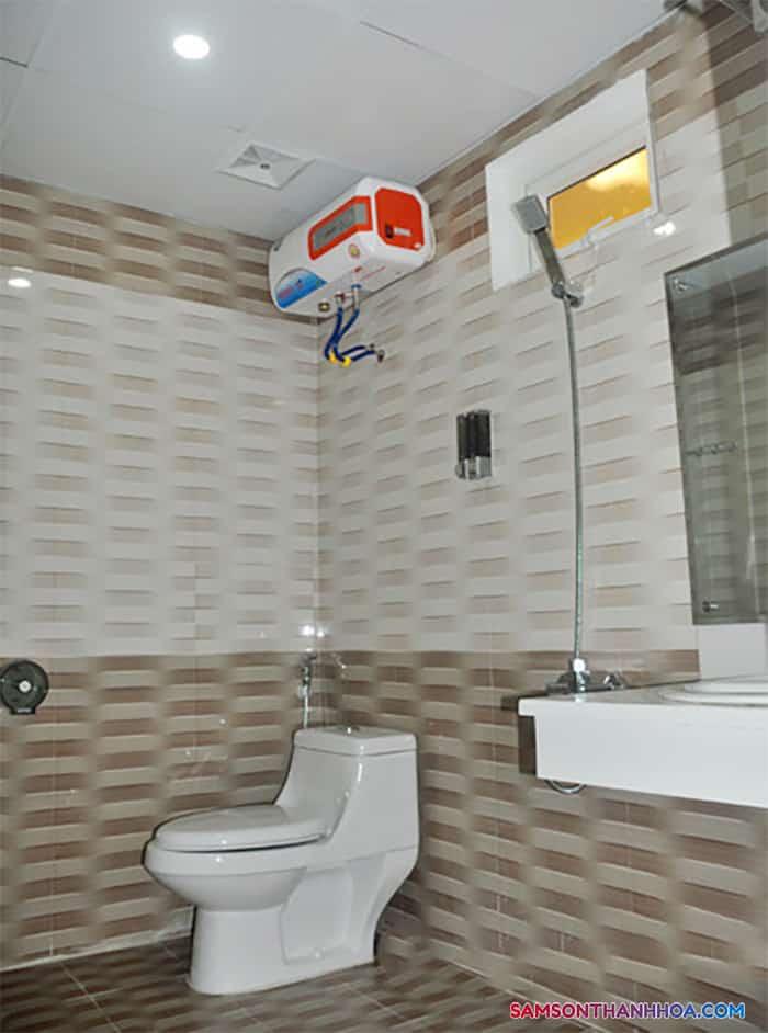 Phòng tắm với các trang thiết bị lắp mới hoàn toàn
