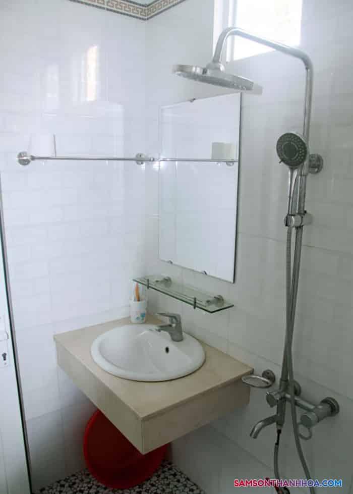 Bên trong phòng vệ sinh, đầy đủ thiết bị