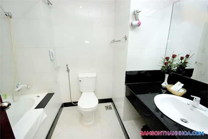 Bên trong phòng tắm sạch sẽ, thoáng mát