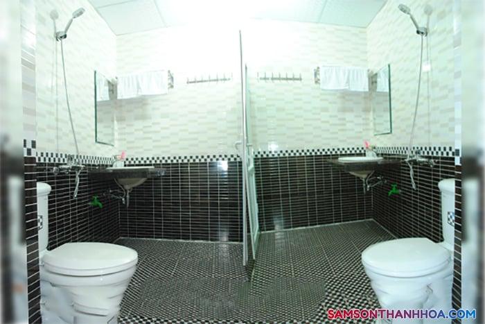 Trang thiết bị sạch sẽ, trắng sáng bên trong phòng tắm