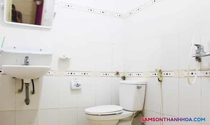 Phòng tắm với các trnag thiết bị thiết yếu