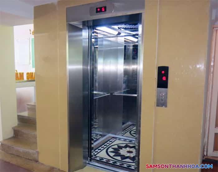Thang máy và cầu thang bộ tại tầng 1