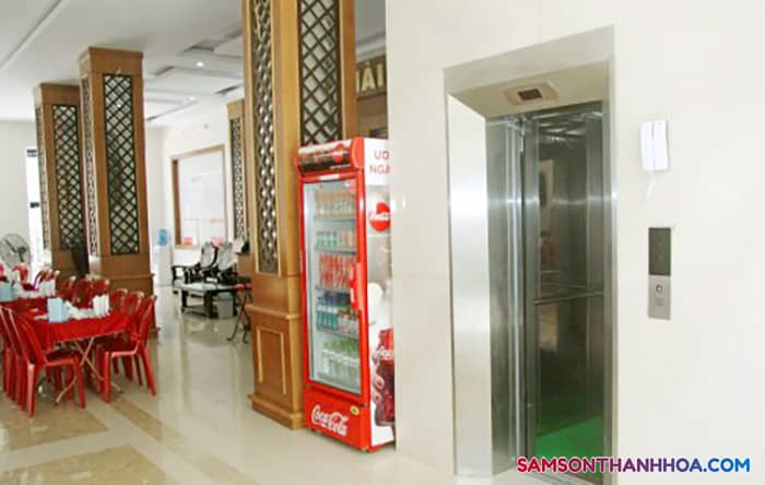 Thang máy nằm cạnh nhà ăn