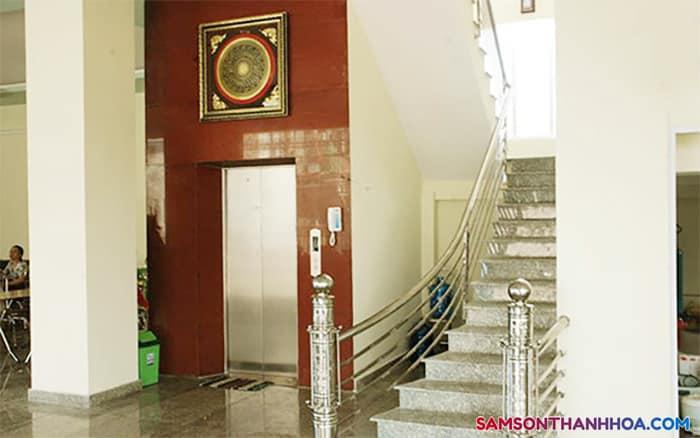 Thang máy và cầu thang bộ phục vụ quý khách