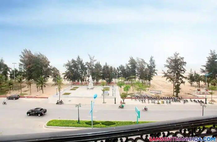 Bãi cát vàng ngay trước khách sạn