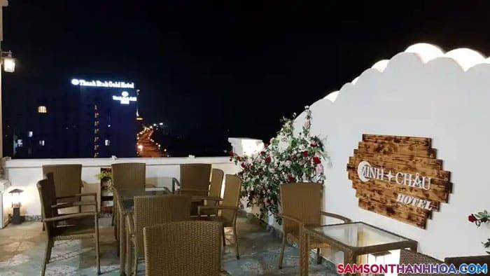 Quán caffe sân thượng , view biển là không gian tuyệt vời để tận hưởng đồ uống ngon và gió mát từ biển