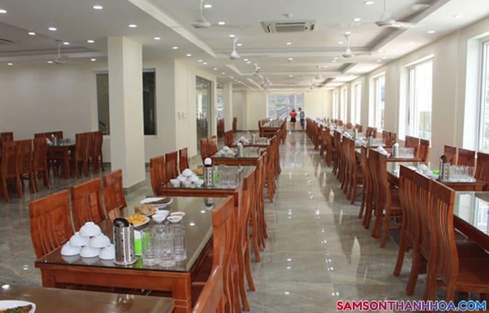 Phòng ăn của khách sạn rông rãi, có sức chứa 200 khách