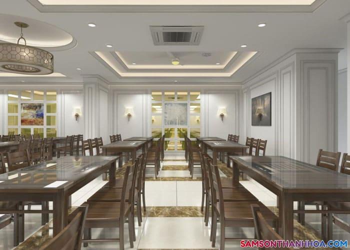 Phòng ăn của khách sạn rộng lớn, phục vụ những món ăn đặc sản của biển