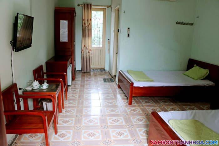 Phòng ngủ của khách sạn giản di nhưng đầy đủ tiện nghi cơ bản