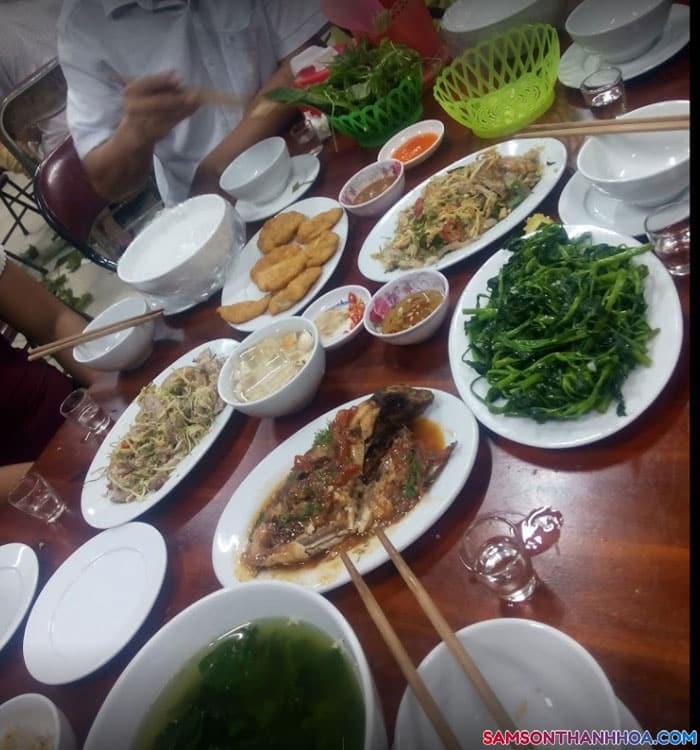Một bữa ăn của du khách đặt bàn