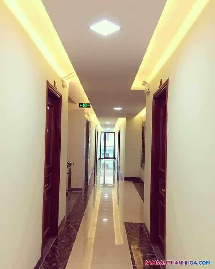 Hành lang của khách sạn rộng rãi và thoáng