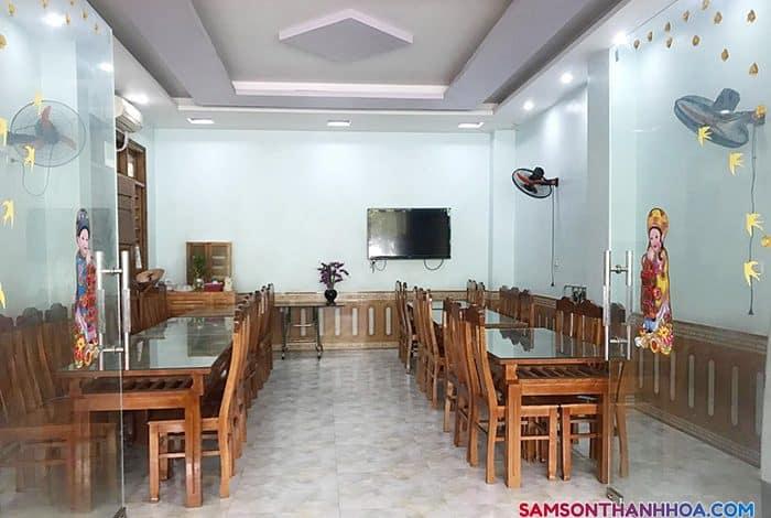 Khu vực phòng ăn phục vụ hải sản