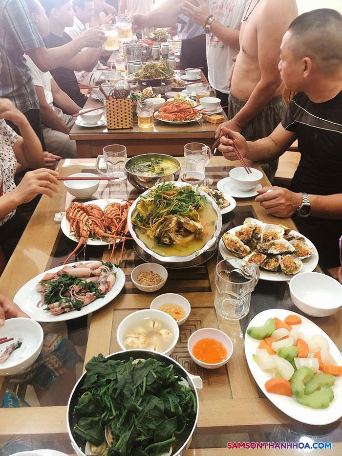 Bàn ăn đầy hải sản - review của du khách